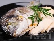 Вкусна печена риба ципура върху сол на фурна